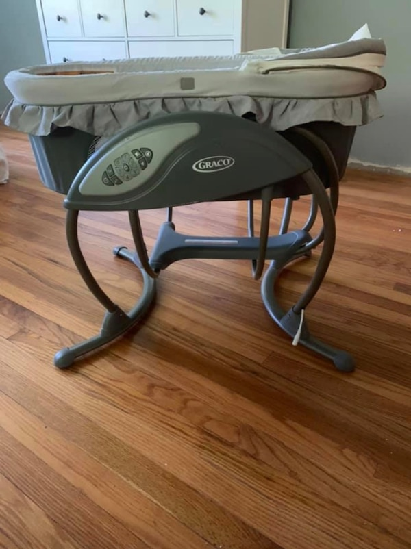 Graco Bassinet and Swing 889cdc21-cbf4-4dbb-9c3b-da65ed16c934