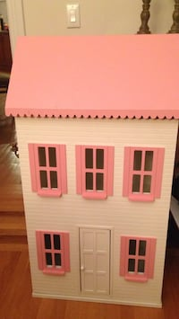 White and pink wooden house miniature Matthews, 28105