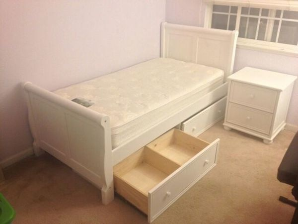 Twin Sleigh Bedroom Set Wtrundle Drawers And Night Stand Usagé à