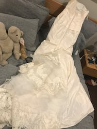 Never worn Jasmine strapless wedding gown with Spanish lace train. 100% Dupiani silk. I paid $1800.00 originally. We changed locations so I had to buy a bigger dress. Size 10-12. Los Angeles, 90041
