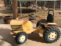 Pedal tractor, used but still good condition. Needs one petal over the metal but works well.