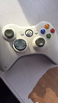 white Xbox 360 wireless controller