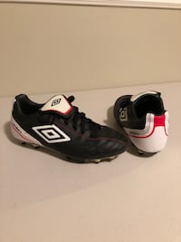 Umbro Soccer Shoes Youth Size 6, only worn for 1 season Excellent condition   Bradford West Gwillimbury