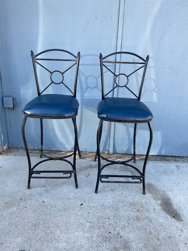 Metal Hight Bar Chairs both for $35 109cfdb5-cea7-489d-8067-2ed92b085a11