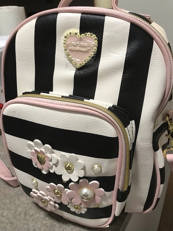 Betsey Johnson White and black leather Backpack/Handbag 7db8bbcb-08bf-4ced-9ee3-81a30c39dca9