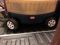 Little tikes wagon great condition with cup holders and umbrella and fold down side and straps for two kids Bellefontaine, 43311