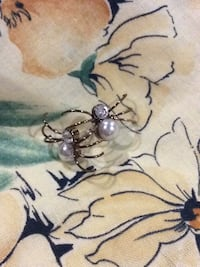 Unique novelty spider earrings : gold, pearl, crystal colours. Stud style. Like new. Kingston, K7P 0K6