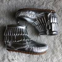 Minnetonka Baby Toddler Girls Silver Moccasins Booties Boots NEW