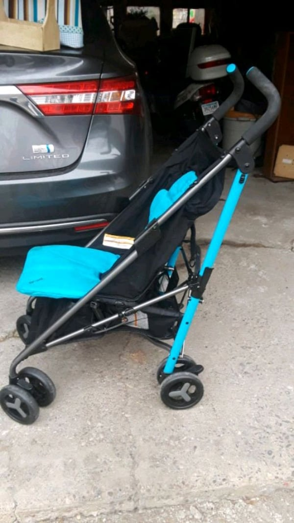 baby's black and blue stroller 0
