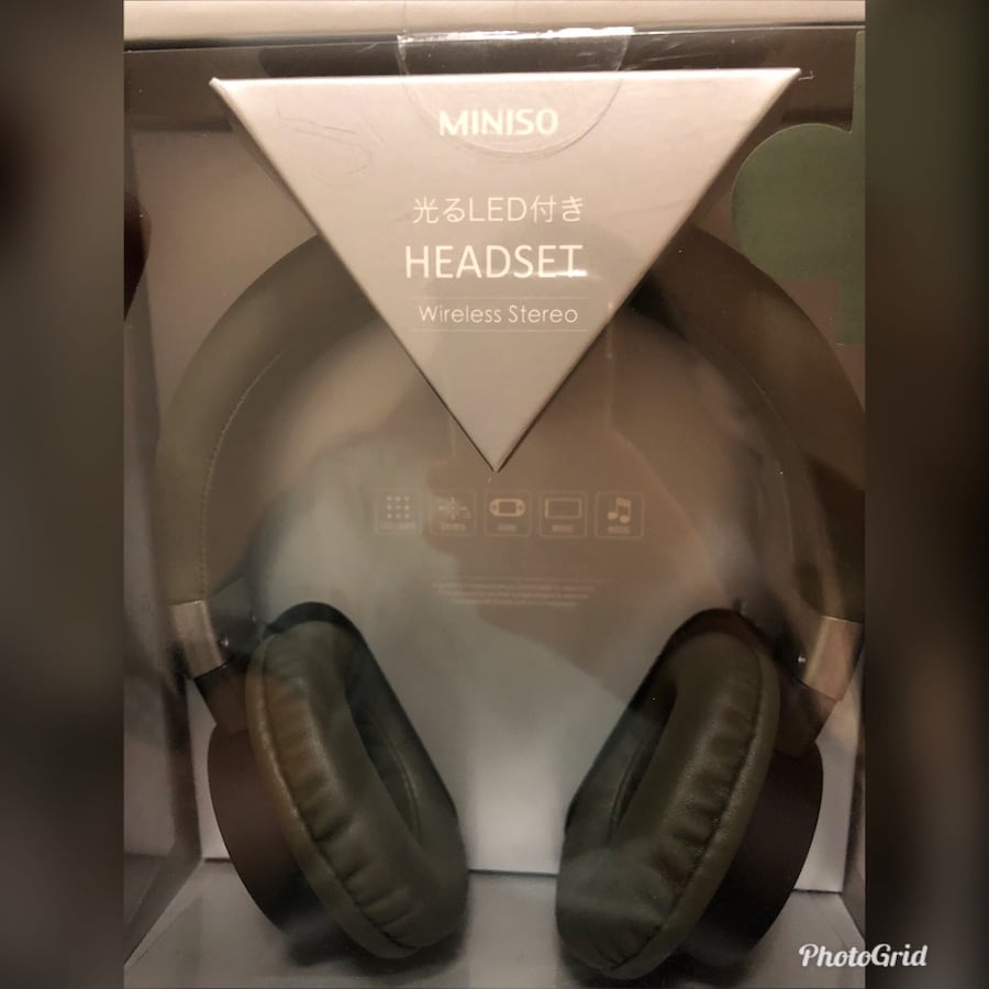 Black and gray wireless headphones with box 0