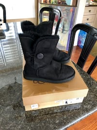 Ugg Bailey Button Boot , black size 7. Hardly worn , in very good condition . Authentic Toronto