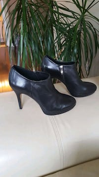 Vince Camuto leather booties size 8.