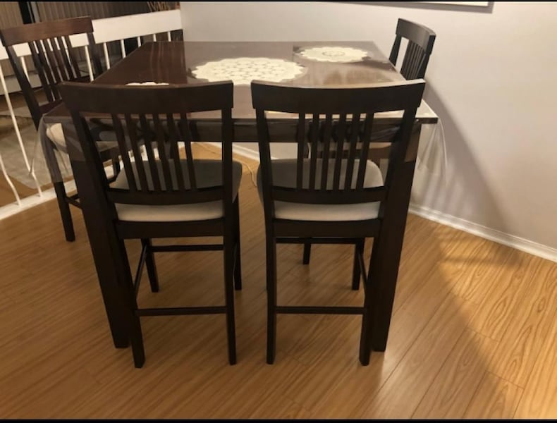 Excellent Dining Set - table and 4 chairs cad1701a-6431-46b1-a712-bda5a3254377