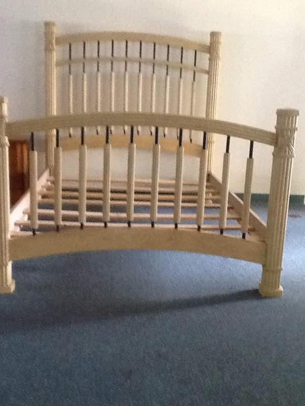 GORGEOUS BLONDE QUEEN BED, HEADBOARDS and FOOTBOARD