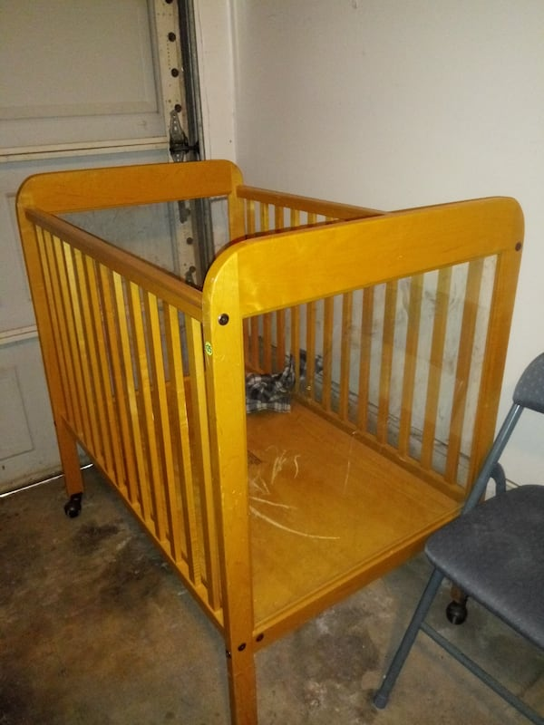 Baby crib with see through sides in the crib 84a65723-ae9a-456e-a808-ebd952f6f672