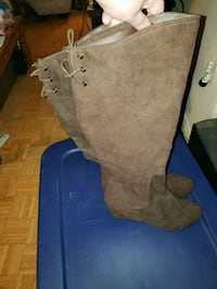 pair of brown suede boots size 9 Toronto, M1W 2Y6