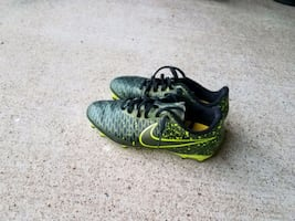 Boys Nike Soccer cleats sz 6 Magista