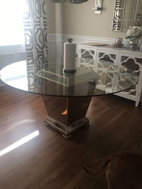 Dining glass table in excellent condition  Freehold, 07728