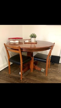 Round brown wooden table New York, 10009