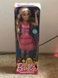 Barbie doll in pink dress Plano, 75075