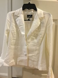 White skirt suit. Size 6 Dumfries, 22026