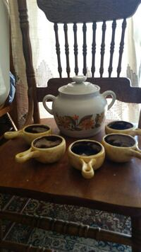 Nice soup pot with matching 5 bowls $30 El Paso, 79912