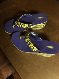 pair of blue-and-yellow flip flops Singer, 70660