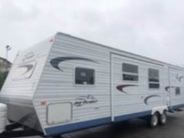2005 Jayco Jay Flight 31 Ft. 4 slide outs sleeps 12 hitch weight- 2060 lbs