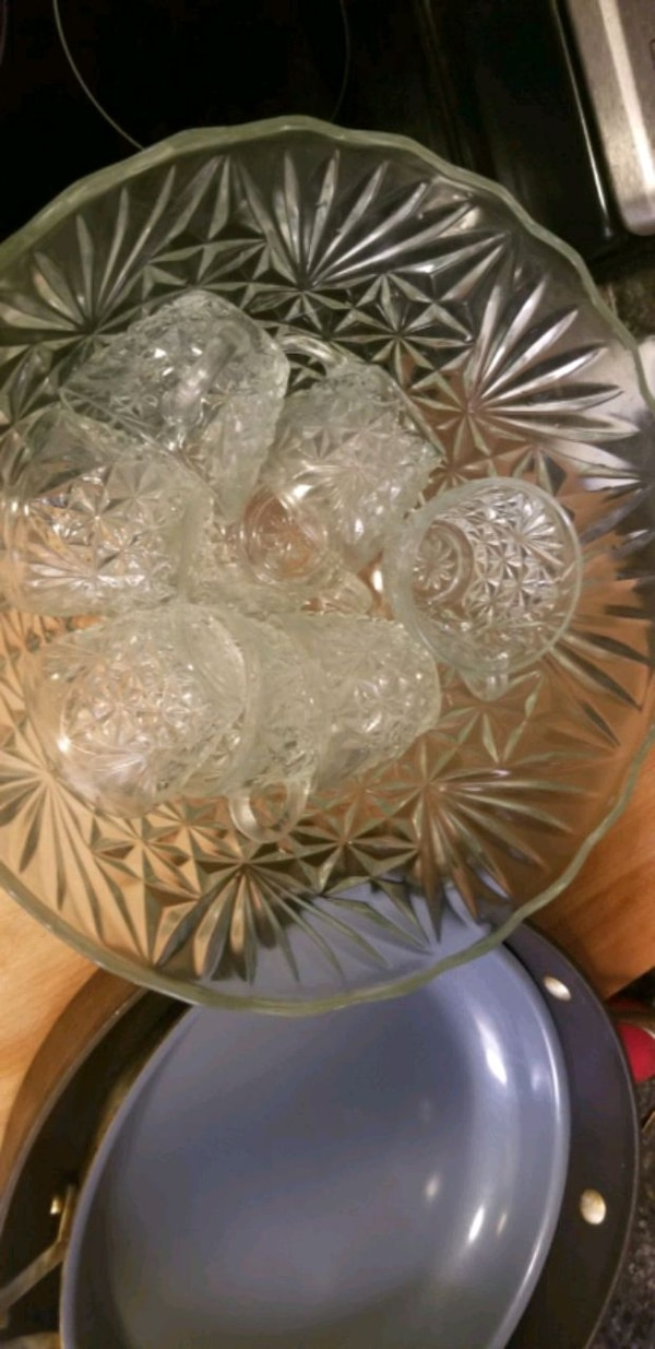 Punch bowl with 8 matching cups 10b7ae3f-614c-4c59-8734-8beb902ddc75