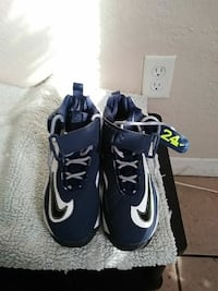 blue-and-white Nike basketball shoes Size 5