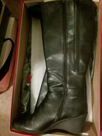 pair of black leather knee-high boots Bronx, 10469