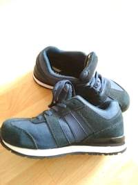 pair of black-and-blue sneakers Amesbury, SP4 7WD