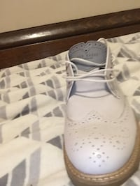 pair of white low top sneakers Hamilton, L8M