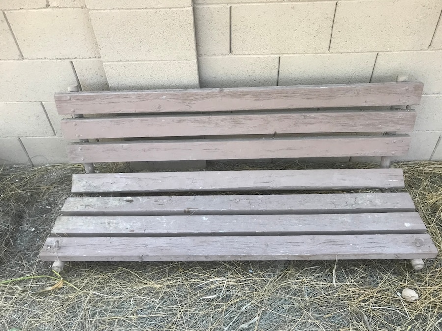 Photo Wooden outdoor porch swing