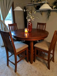 Oak dining table  Calgary, T2T 4L1