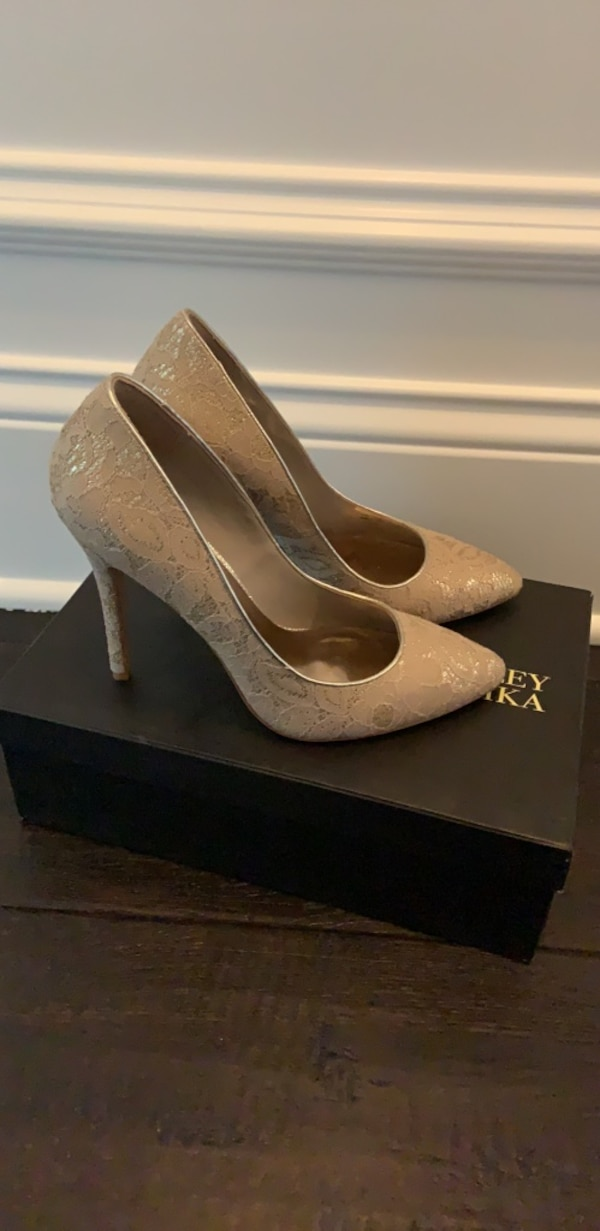 Pair of gold lace pumps 8
