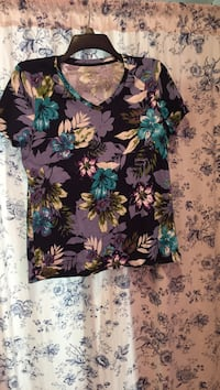 Brand New. Women's M. croft&barrow classic tee Floral v-neck.