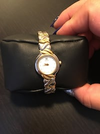 Drill round face analog watch with silver and gold link