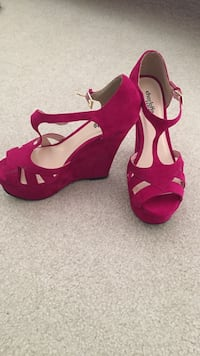 Hot pink charlotte russe suede peep toe t strap wedges Omaha, 68135