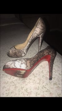pair of women's black-and-gray floral peep-toe pumps