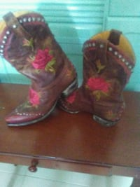 pair of brown-and-pink leather cowboy boots London, N5V 2R9