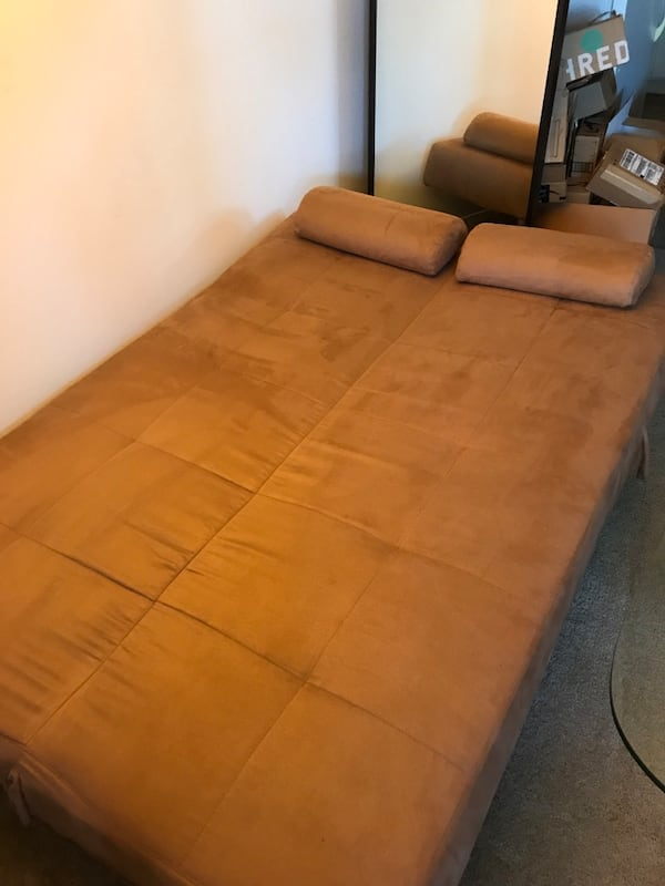 Couch/Chaise/Bed futon, w/covers & pillows 53669282-b6b7-433f-a472-0cec7831ad6e