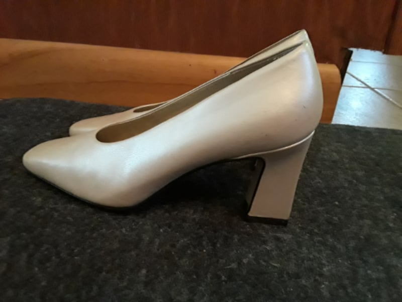 Dress Pumps / Shoes size 7. Off-White, Like New, Cream Colored Pumps  6162f073-6552-462d-b751-196ad4863c98