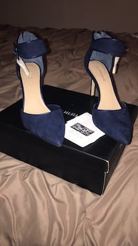 pair of blue suede pointed-toe pumps Apex, 27502