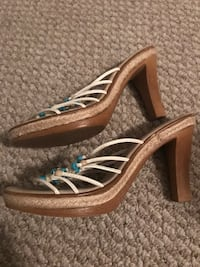Pair of women's brown open-toe chunky heels!