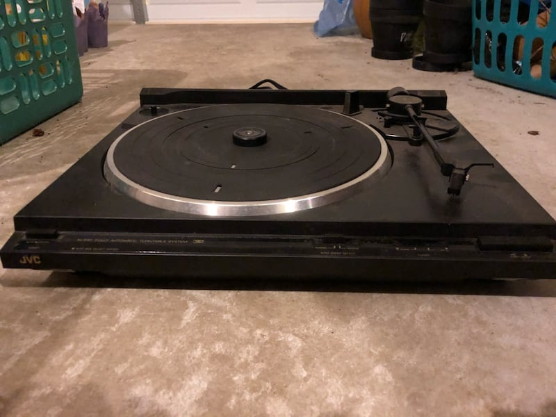 Stereo turntable 94e6a8f3-1aad-460d-9114-c71396bbe643