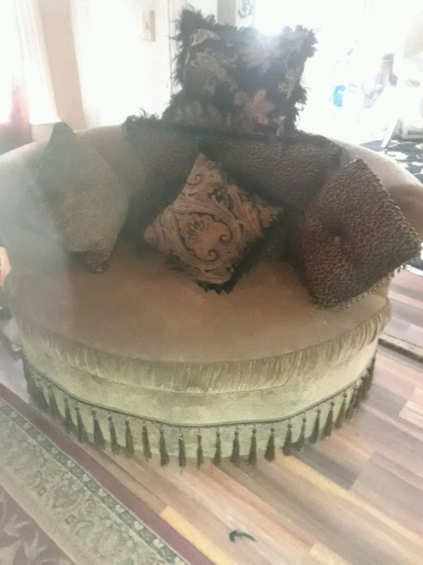 Sofa and matching barrel chair 311ad84a-7447-4057-b362-61a2a76828a9