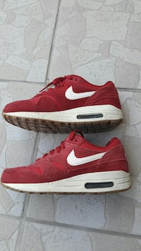 paire de baskets Nike rouges Angers, 49100