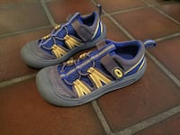 pair of gray-and-blue Nike running shoes 1075 mi