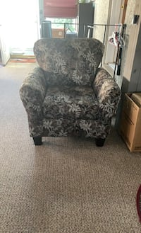 Floral Comfy chair in great shape.  Trainer, 19061